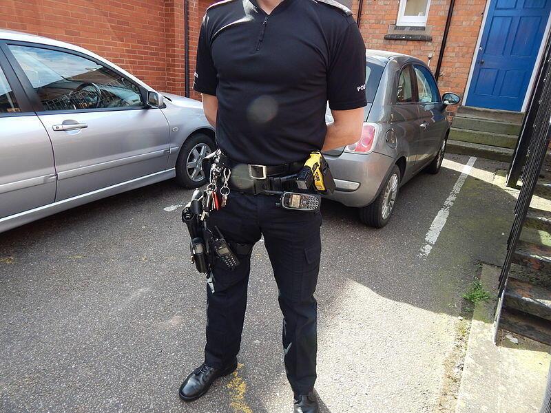 Un officier de police britannique du West Midlands armé d'un taser.