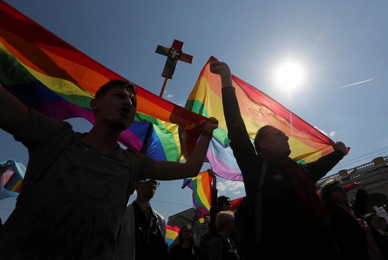 Активисты ЛГБТ на первомайской демонстрации в Санкт-Петербурге
