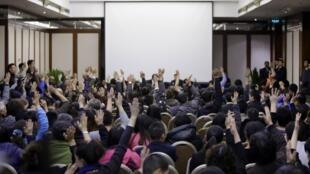 hân nhân hành khách trên chuyến bay MH370 trong cuộc họp báo ngày 17/3/2014 tại khách sạn Lido Bắc Kinh thông tin tình hình tìm kiếm chiếc máy bay mất tích.