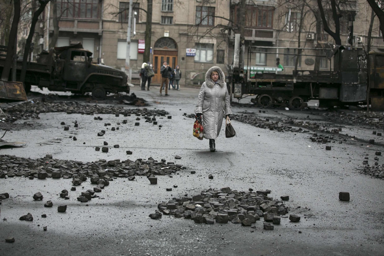 A calma voltou à região ao redor do parlamento de Kiev neste domingo (23).
