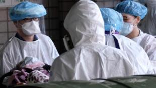 Un equipo médico atiende a un paciente en enero de 2021 en Taiwán, donde el covid fue mantenido exitosamente a raya desde hace más de un año