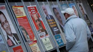 Bích chương cho thấy 11 ửng cử viên trong cuộc bầu cử tổng thống Pháp - Ảnh chụp ngày 19/04/2017 tại Enghien-les-Bains, gần Paris