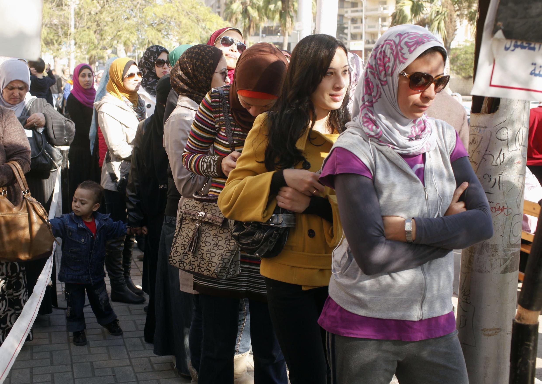 Các phụ nữ xếp hàng chờ đến lượt bỏ phiếu tại một phòng phiếu ở Alexandria, ngày 15/12/2012.
