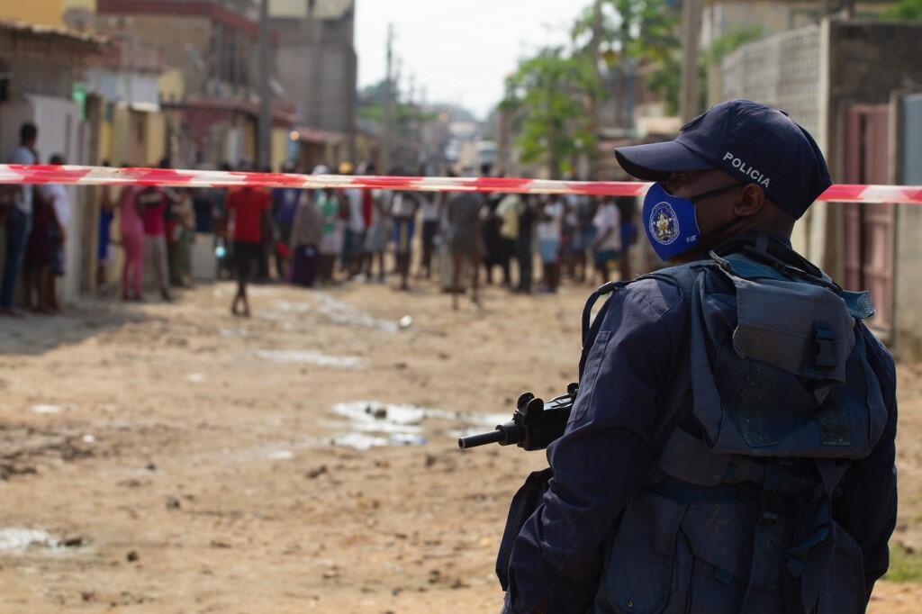 Luanda, Juni 8, 2020. Afisa wa polisi akitoa ulinzi katika mtaa mmoja huko Hoji-Ya-Luanda wakati watu wakiandamana dhidi ya ukosefu wa chakula wakati wa masharti ya raia kutotembea yakiendelea.