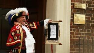Tony Appleton,  pregonero freelance anuncia el nacimiento de la bebé real frente al hospital St. Mary's donde la Duquesa de Cambridge fue admitida  temprano en la mañana del dos de mayo del 2015.