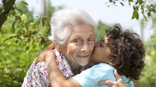 Une grand-mère et son petit-fils.