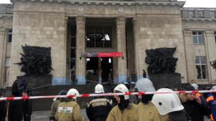 Bombeiros cercam entrada principal da estação de trem onde aconteceu a explosão