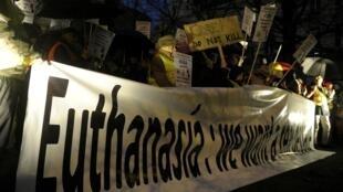 Des opposants au projet de loi d'euthanasie pour les mineurs manifestent le 11 février à Bruxelles.