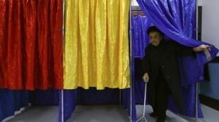 Le 16 novembre 2014, dans ce bureau de vote de Bucarest, les isoloirs sont aux couleurs du drapeau de la Roumanie.