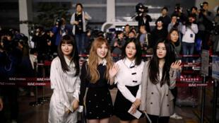 Des membres du groupe sud-coréen de K-pop Red Velvet à l'aéroport de Séoul, avant d'embarquer pour Pyongyang, le 31 mars 2018.