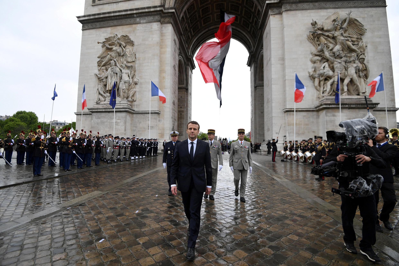 امانوئل ماکرون، بر اساس سنت جمهوری پنجم از کاخ الیزه به میدان شارل دوگل رفت.