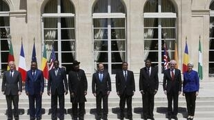 French President Francois Hollande (C) poses for a familly photo with  Nigerian President Goodluck Jonathan, African leaders and EU representatives, May 17, 2014.