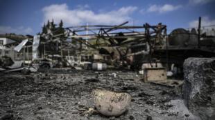 Un casco, dañado y quemado, el 15 de octubre de 2020 frente al hospital de Martakert, en Nagorno Karabaj, atacado la víspera por un bombardeo