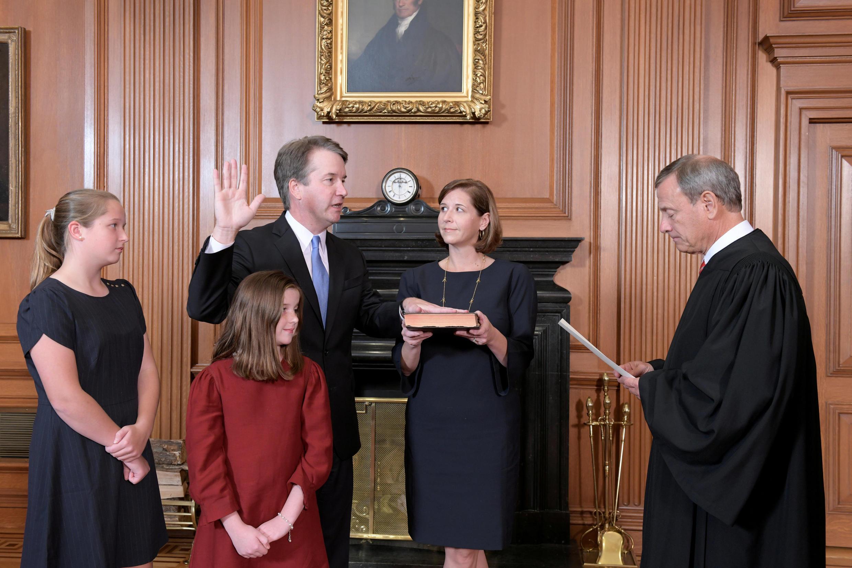 Ông Brett Kavanaugh tuyên thệ nhậm chức thẩm phán Tối Cao Pháp Viện Mỹ, tại Washington ngày 06/10/2018.