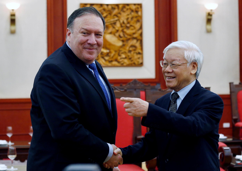 美國國務卿蓬佩奧(左)2018年7月8日抵達河內訪問,與越共總書記阮富仲(右)會晤。