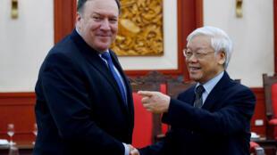 美国国务卿蓬佩奥(左)2018年7月8日抵达河内访问,与越共总书记阮富仲(右)会晤。