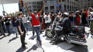 Desde o anúncio do veredicto, manifestantes foram para a frente do tribunal protestar.