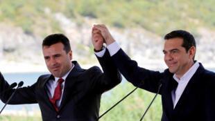Le Premier ministre macédonien, Zoran Zaev (gauche) et son homologue grec, Alexis Tsipras, avant la signature, le dimanche 17 juin d'un accord historique» prévoyant que la Macédoine devienne la Macédoine du Nord.