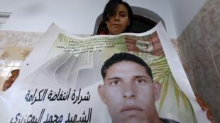Samia Bou Azizi, irmã de Mohamed Bouazizi, considerado mártir da 'Primavera Árabe'.