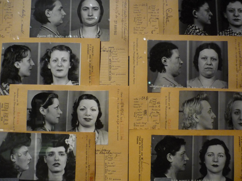 Photo dans l'exposition « Fichés ? » : Fiches signalétiques de filles soumises par maison close (années 1930 et 1940).