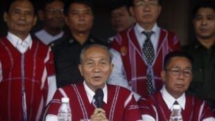 Представители Национального союза народности карен (KNU), в Бирме после заключения соглашения о прекращении огня.  12 января 2012 года
