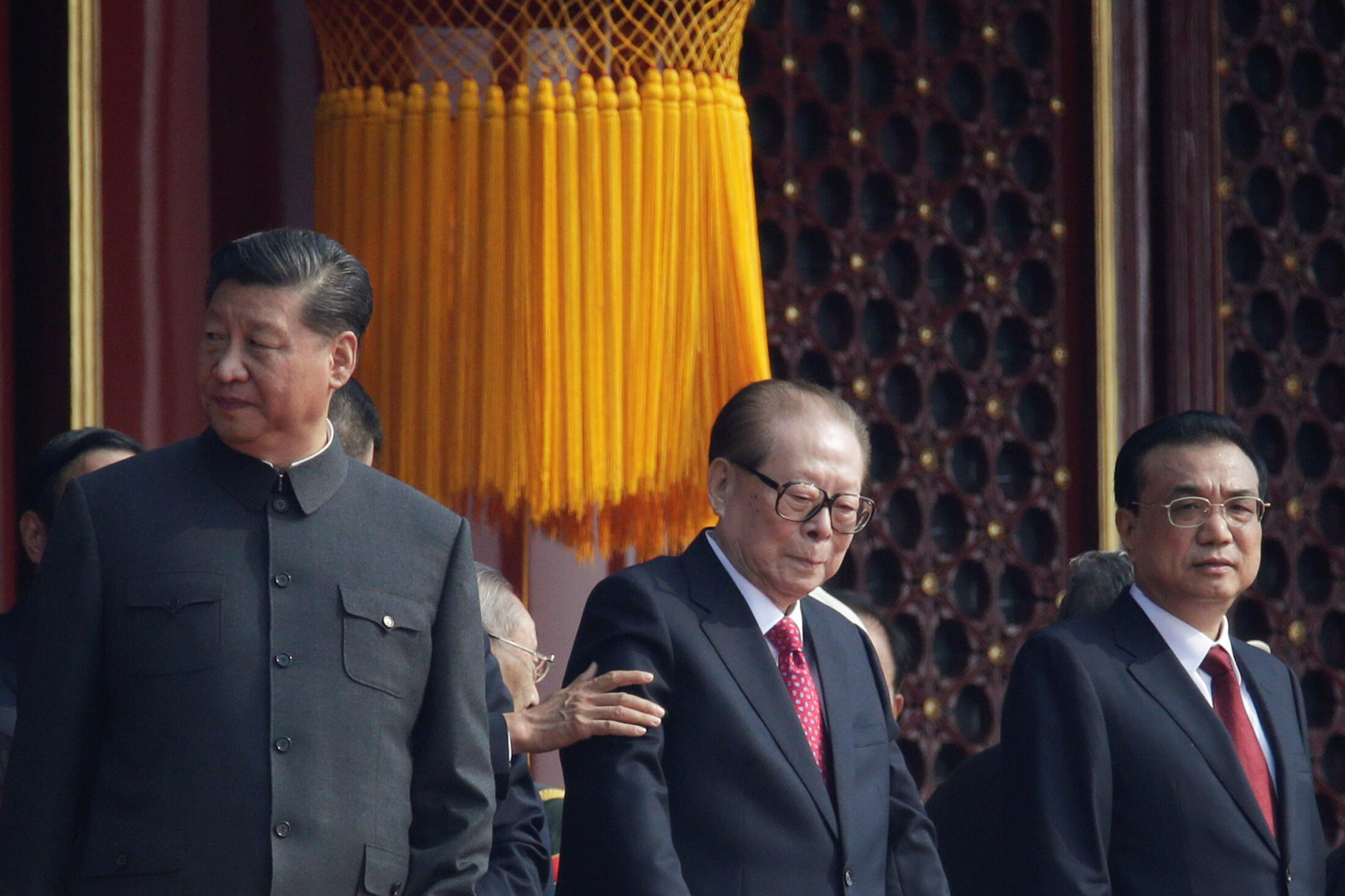 中共建政七十年大阅兵,位于习近平与李克强之中的是中共前领导人江泽民