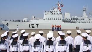 Một khu trục hạm có trang bị hỏa tiễn của Trung Quốc đang thả neo tại cảng Trạm Giang, Quảng Đông. Ảnh tư liệu chụp ngày 21/11/2007.
