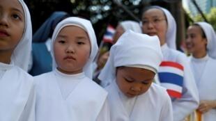 Fieles católicas en Bangkok a la llegada del Papa Franciso el 20 noviembre 2019