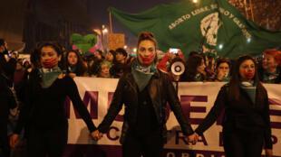 2019-04-16T094408Z_1_LYNXNPEF3F0J0_RTROPTP_4_CHILE-PROTEST-WOMEN