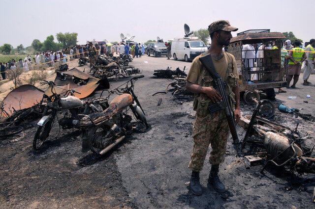 巴基斯坦油罐車大火爆炸後現場。2017-06-25