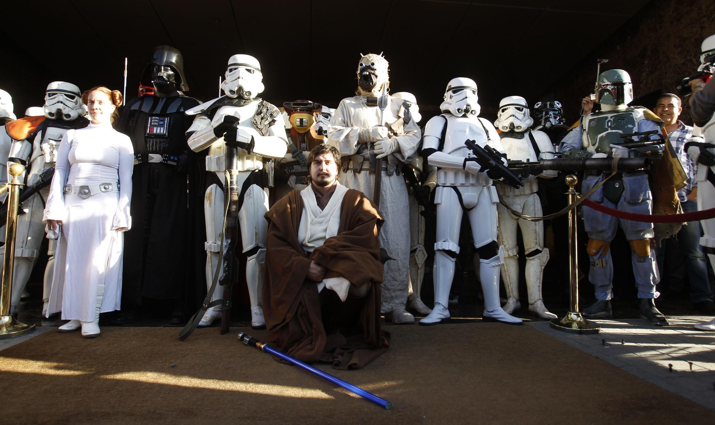 L'ensemble des personnages mythiques de la saga Star Wars réunis avenue Bourguiba à Tunis, le 30 avril 2014.