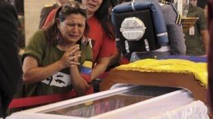 Wananchi wa Venezuela wakitoa heshima za mwisho katika mwili wa Hugo Chavez