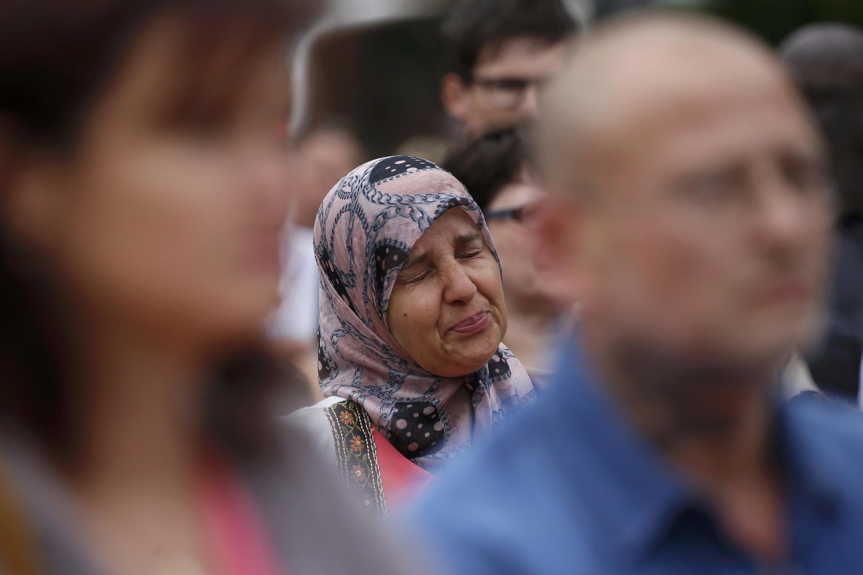 Công chúng - trong đó có cả người theo đạo Hồi - đến tưởng niệm cha xứ Jacques Hamel bị kẻ khủng bố ám sát trong nhà thờ Saint-Etienne-du-Rouvray, gần Rouen. Ảnh ngày 28/07/2016.