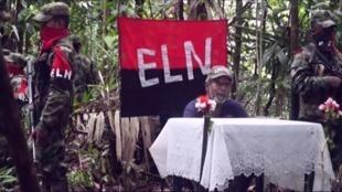 Imagen de la grabación de la guerrilla del ELN mostrando el 26 de octubre al rehén Odín Sánchez.