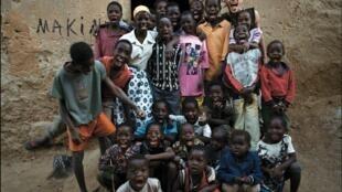 Toma Sidibé avec les enfants.