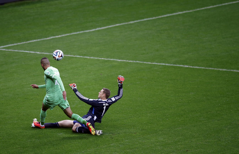 9e minute d'Allemagne - Algérie, Neuer sort déjà au devant de  Slimani.