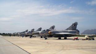 Os aviões de caça da OTAN sobrevoaram domingo(31) a baixa altitude o espaço aéreo da capital líbia, Tripoli.
