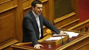 O primeiro-ministro grego, Alexis Tsipras, diante do parlamento em Atenas, neste domingo (8).