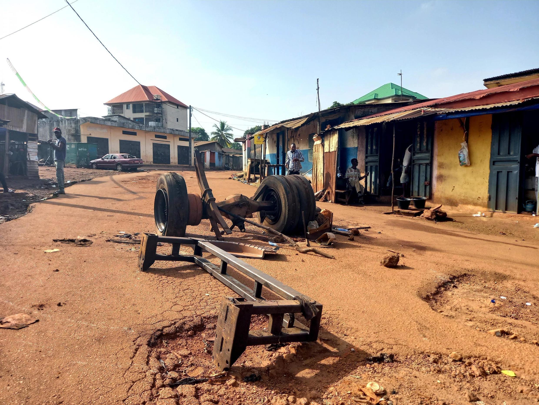 Dans le quartier Bambeto, à Conakry, un barrage a été érigé par les habitants (photo du 28 octobre 2020).