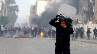Cảnh sát dùng hơi cay giải tán người biểu tình tại Kasserine, Tunisia, ngày 21/01/2016.