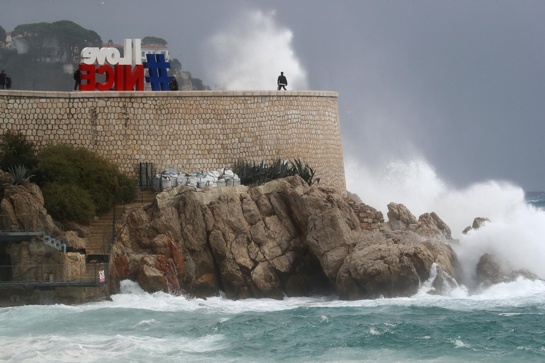 Las olas rompen contra las rocas bajo el paseo de los Ingleses de la ciudad francesa de Niza el 2 de octubre de 2020, mientras la tormenta Alex alcanza la costa mediterránea francesa