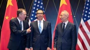 图为美中贸易谈判的三位最关键人物:(左)美国贸易代表莱特希泽、(中)美国财长姆努钦、(右)中国副总理刘鹤(资料图片)。
