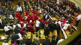 En Afrique du Sud, le discours à la Nation du président Zuma devant le Parlement a été interrompu par des heurts, le 12 février 2015.