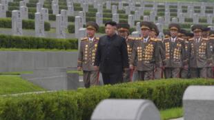 Rais wa Korea Kaskazini Kim Jong Un akizuru makaburi ya kivita katika sherehe za miaka 64  tangu kumalizika kwa vita ya Korea July 28, 2017