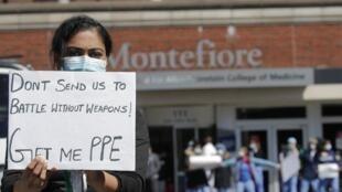 «Ne nous envoyez pas à la bataille sans armes, donnez-moi un PPE» peut-on lire sur la pancarte brandie par une infirmière d'un hôpital du Bronx à New York.