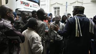 Des Nigérians escroqués discutent avec Steve Davies Ugbah, ambassadeur du Nigeria en Russie (à droite, de dos), devant l'ambassade du Nigéria, à Moscou, le 13 juillet 2018.