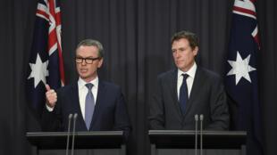 Ảnh minh họa : Tổng chưởng lý Úc Christian Porter (T) và chủ tịch Hạ Viện Christopher Pyne trả lời họp báo ở Nghị Viện tại Canberra, ngày 9/05/2018.