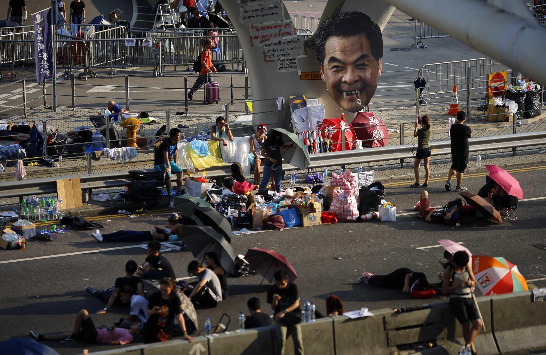 L'image du chef de l'exécutif hongkongais, Leung Chun-ying au milieu des manifestants dans les rues proches du siège du gouvernement le 30 septembre 2014.