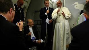Giáo hoàng Phanxicô họp báo trên máy bay lúc trên đường trở về Vatican, ngày 02/12/2017