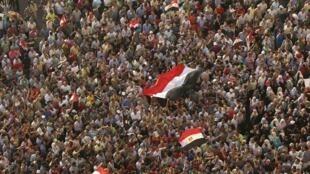 Egípcios protestam contra a sentença de Moubarak e a absolvição de chefes da polícia, neste sábado, no Cairo.